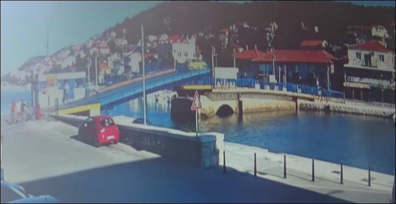 Женщина на авто перепрыгнула через разводной мост