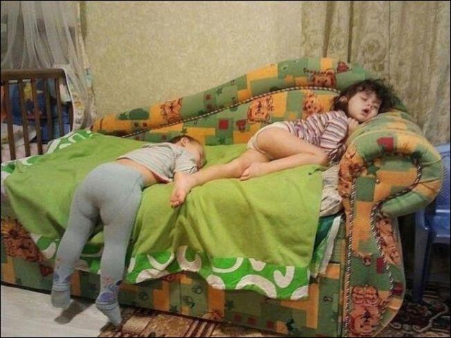 Малыши могут уснуть где угодно (20 фото)