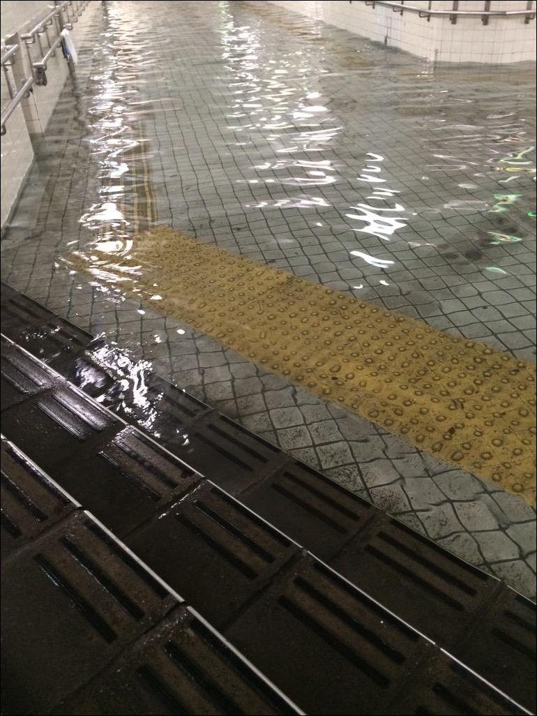 Наводнение в Японском метро - чистая вода