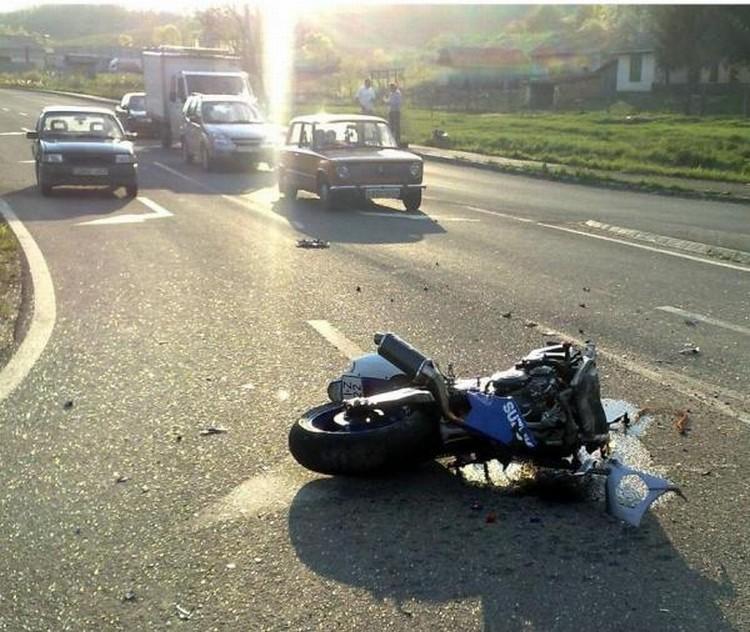moto-car-crash-04