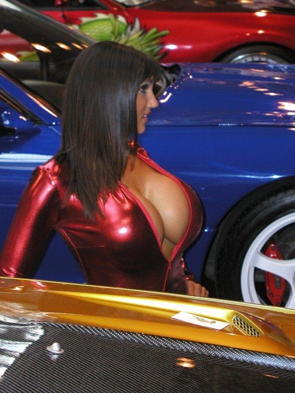 девушка с автошоу
