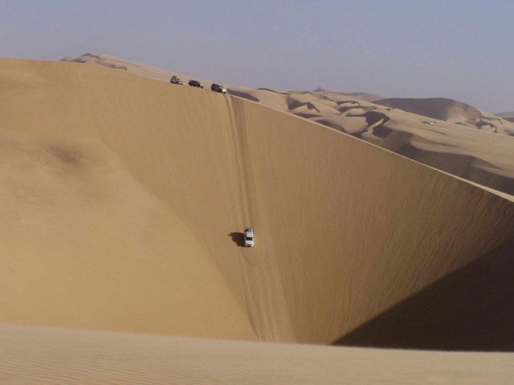спуск с песчаной дюны на автомобиле
