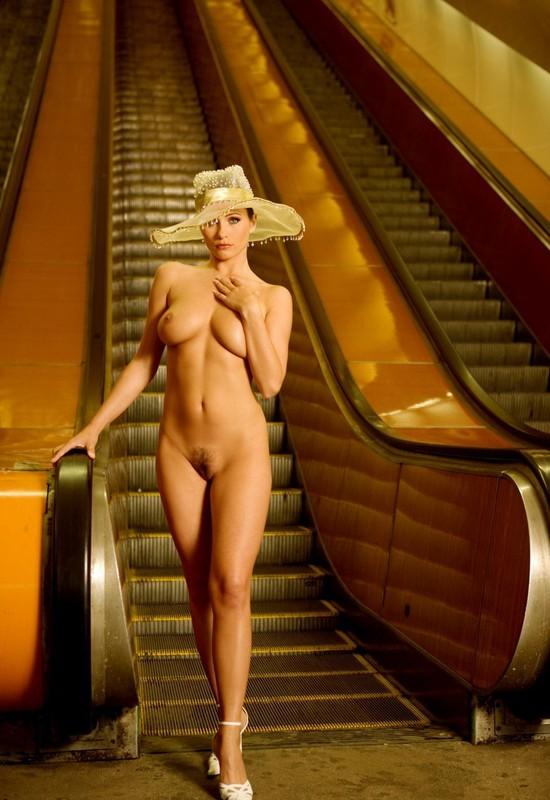 nude-girl-in-subway-02