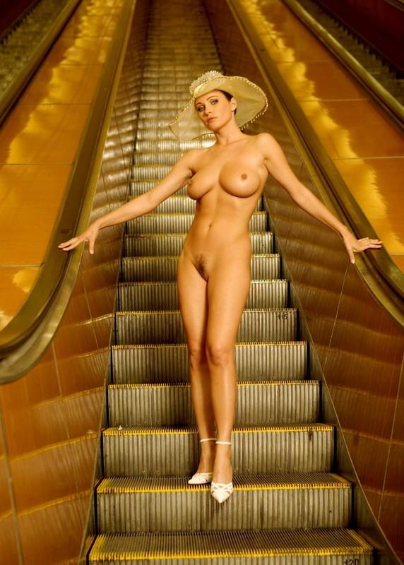 nude-girl-in-subway-05
