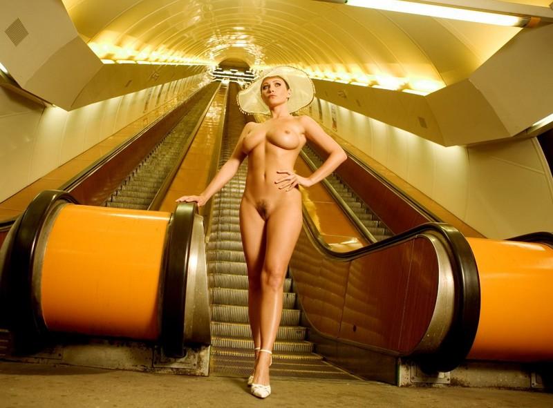 nude-girl-in-subway-08