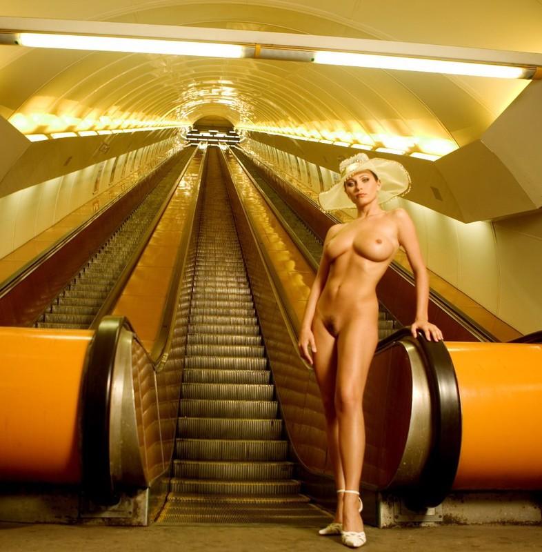 nude-girl-in-subway-10