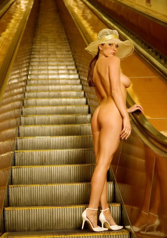 nude-girl-in-subway-11