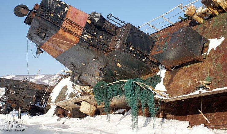 abandoned-frozen-ships-07