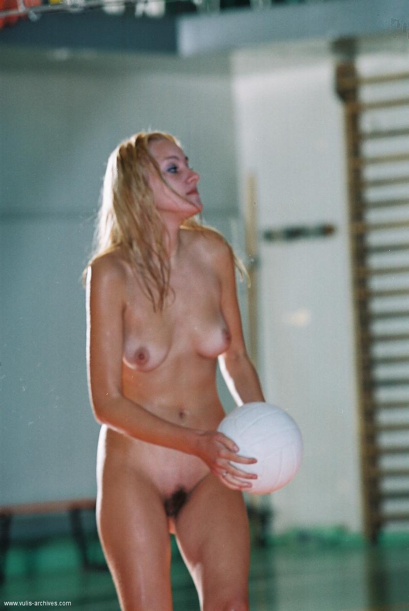 devushki-igrayut-volleybol-04