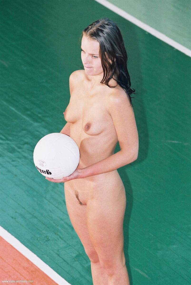 devushki-igrayut-volleybol-09