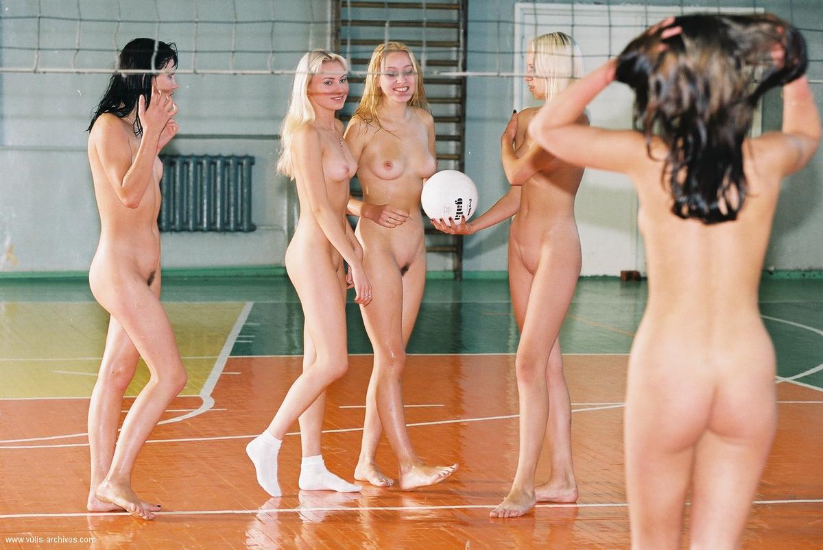 devushki-igrayut-volleybol-10