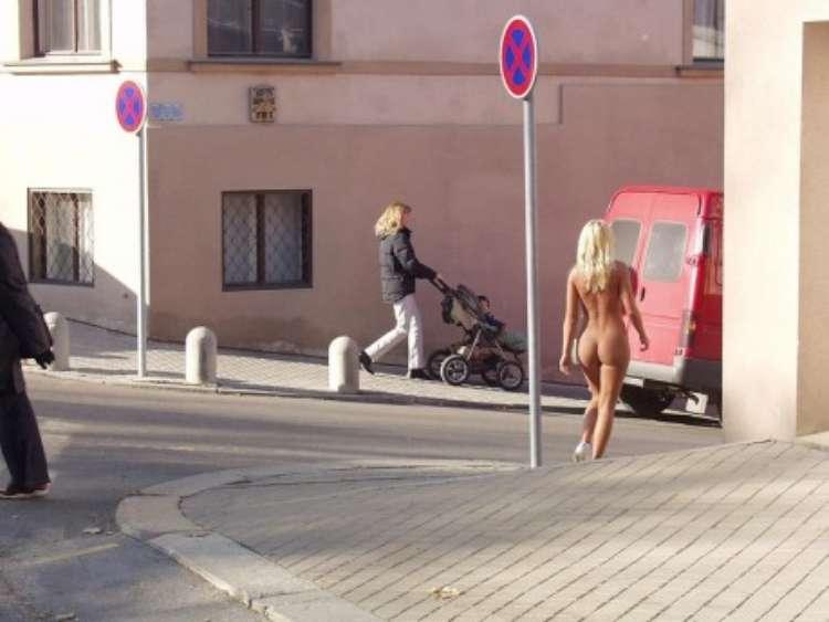 nude-girl-walking-city-09