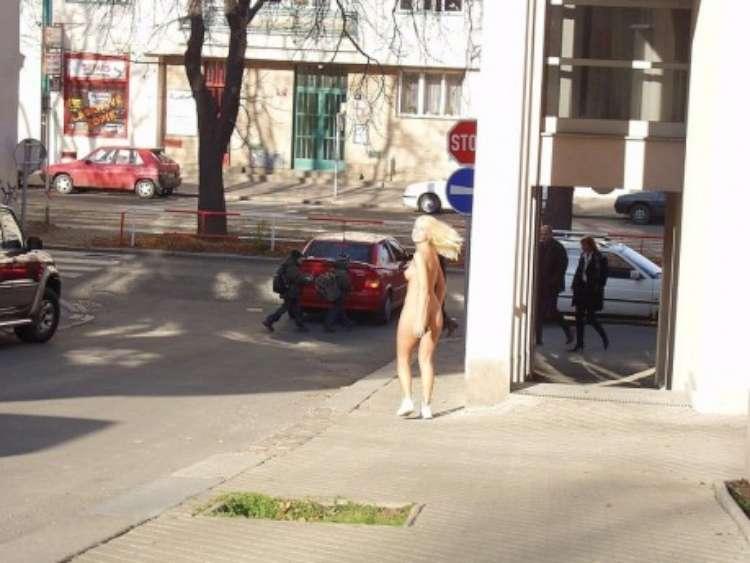 nude-girl-walking-city-11