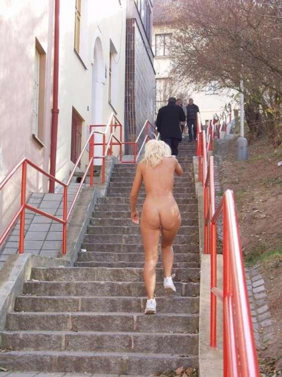 nude-girl-walking-city-16