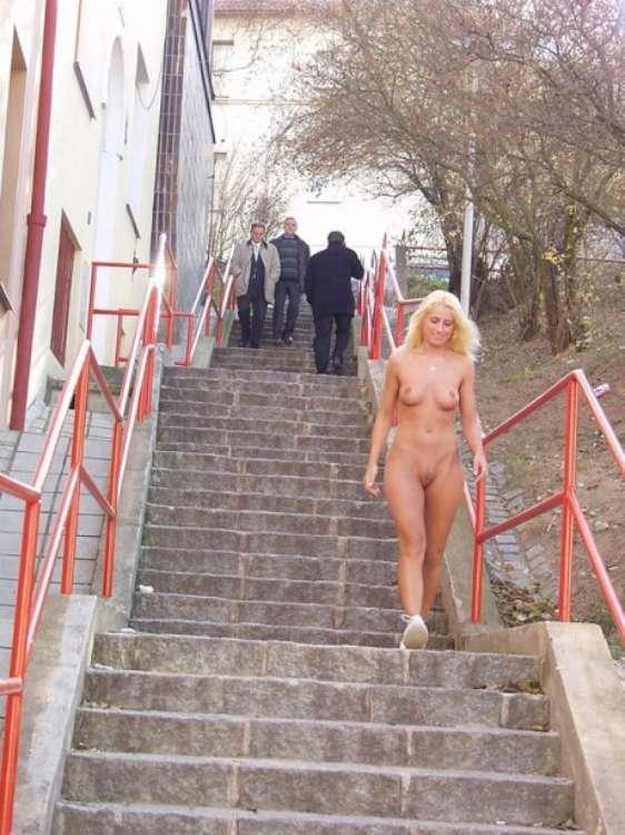 Голая гуляет по городу фото 72591 фотография