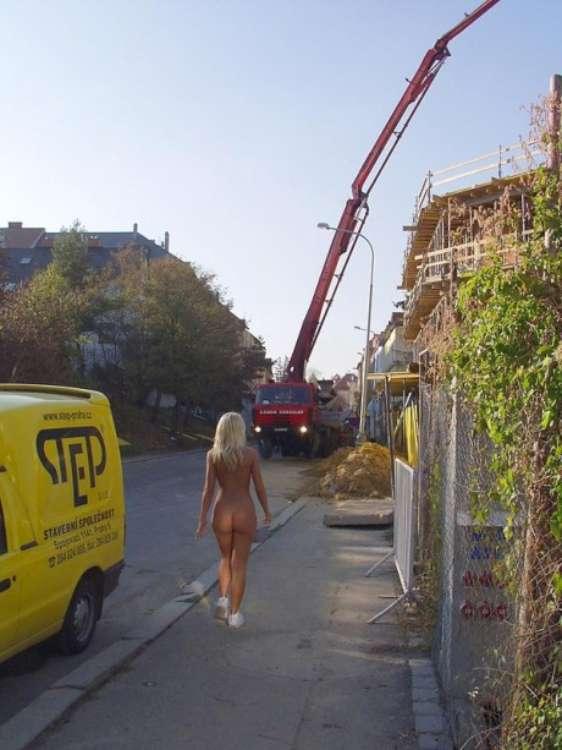 nude-girl-walking-city-19