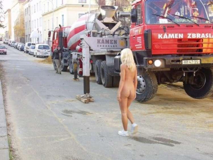 nude-girl-walking-city-20