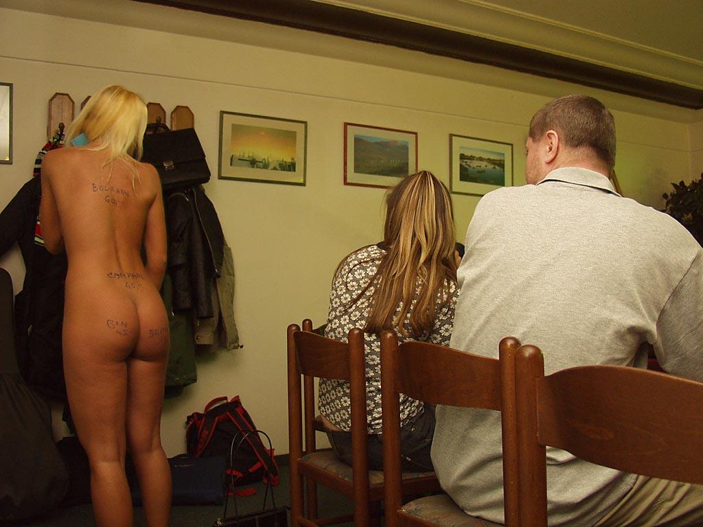 Официантка обслуживает голая, жесткий трах зрелой фото