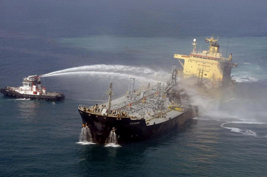Горящий танкер (5 фото)