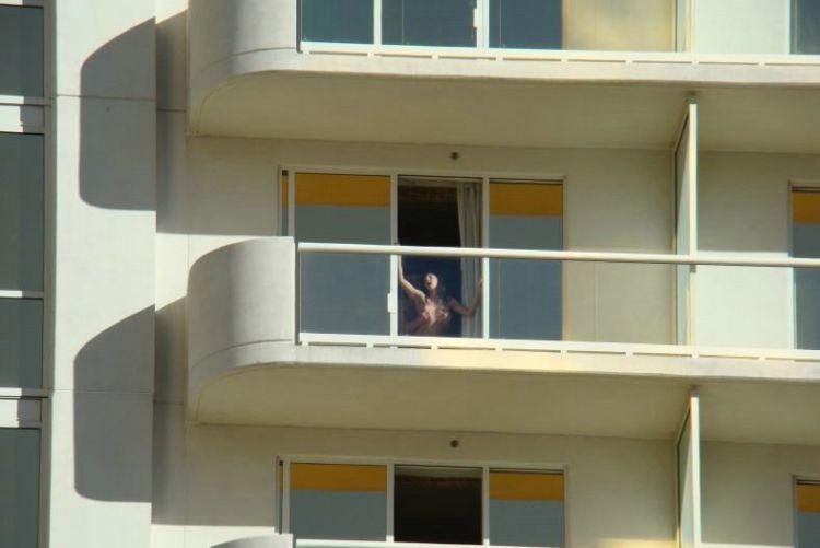 golie-na-balkone-v-las-vegase-01