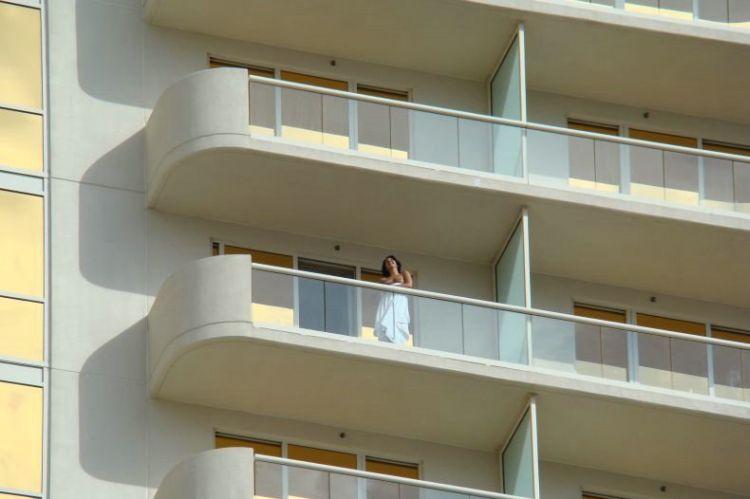 golie-na-balkone-v-las-vegase-03