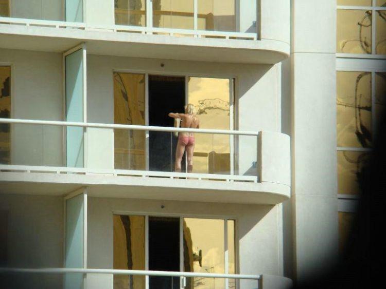 golie-na-balkone-v-las-vegase-05