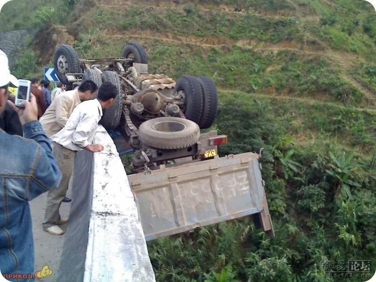 авария грузовик на мосту