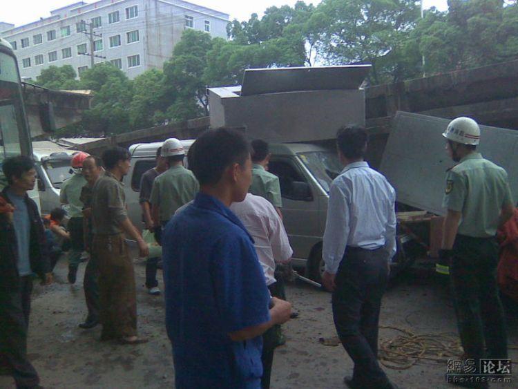 china-road-crash-07