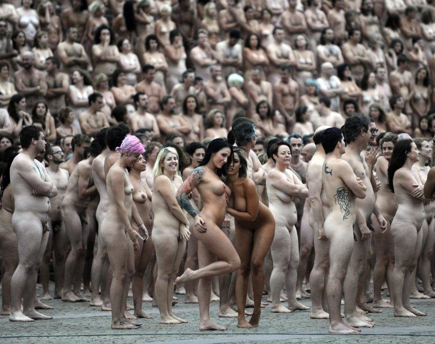 голая девушка в толпе народа-кш2