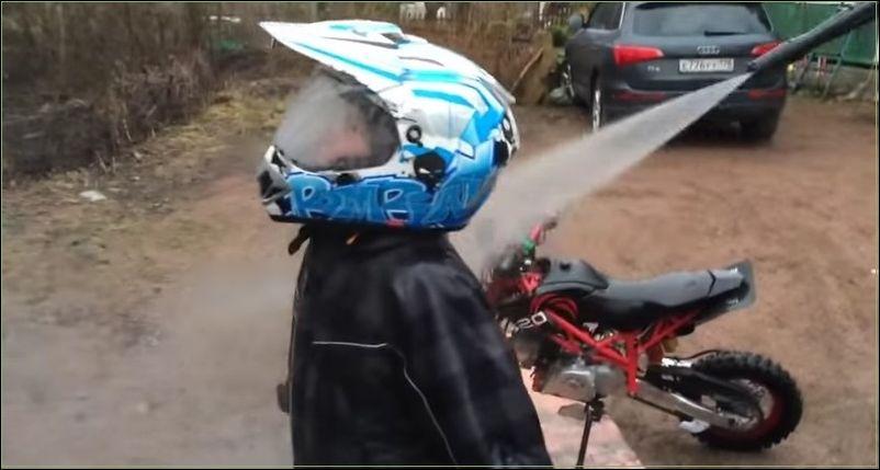 Мойка юного мотогонщика