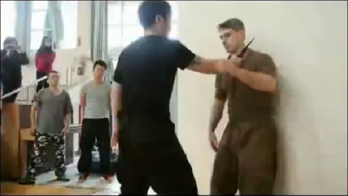 Обезоружить противника с ножом