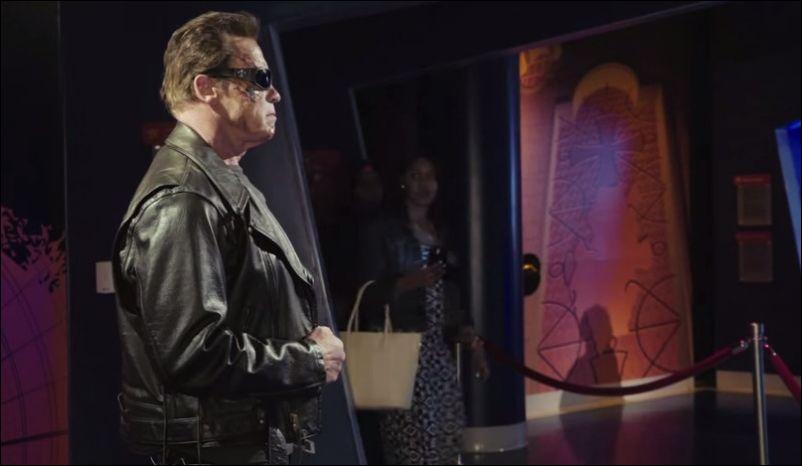 Арнольд в образе Терминатора разыгрывает прохожих