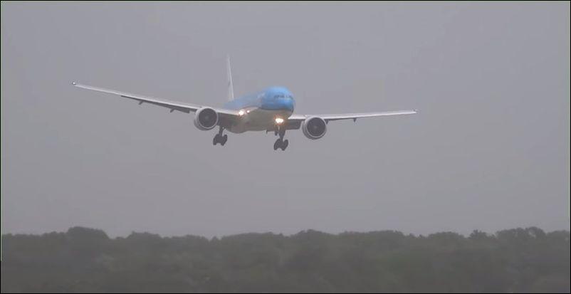 Посадка самолет во время шторма