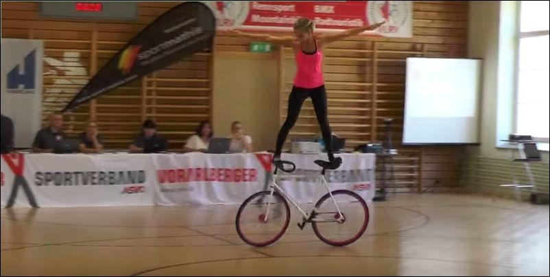 Укротительница велосипеда
