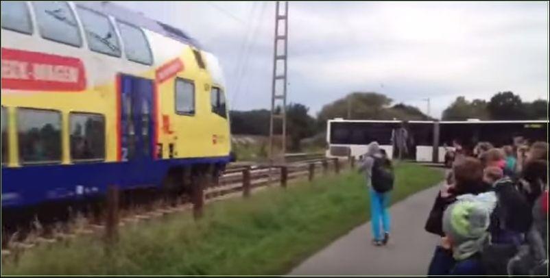 Поезд столкнулся со школьным автобусом через минуту после того как его покинули дети