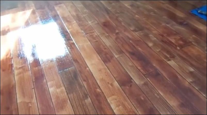 Бетонный пол, который выглядит как деревянный