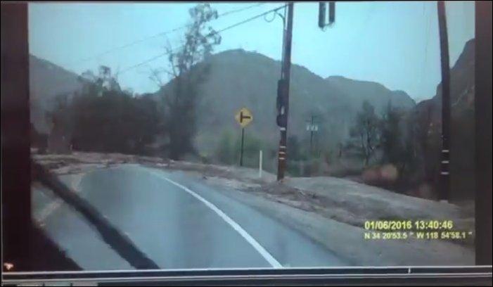 Внезапное наводнение на шоссе в Калифорнии