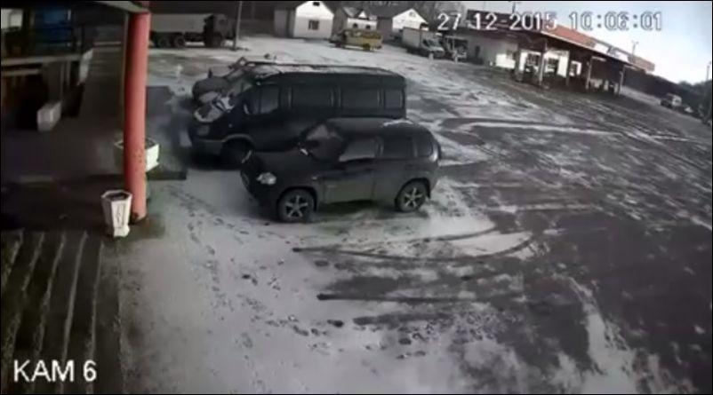 Ветер завалил крышу на припаркованные автомобили