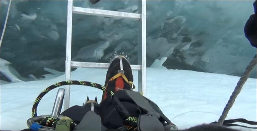 Пугающий переход через расселину на Эвересте