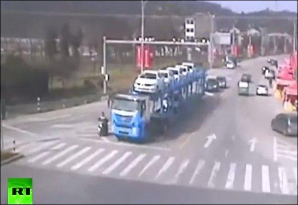 Почему не стоит останавливаться в слепой зоне грузовика
