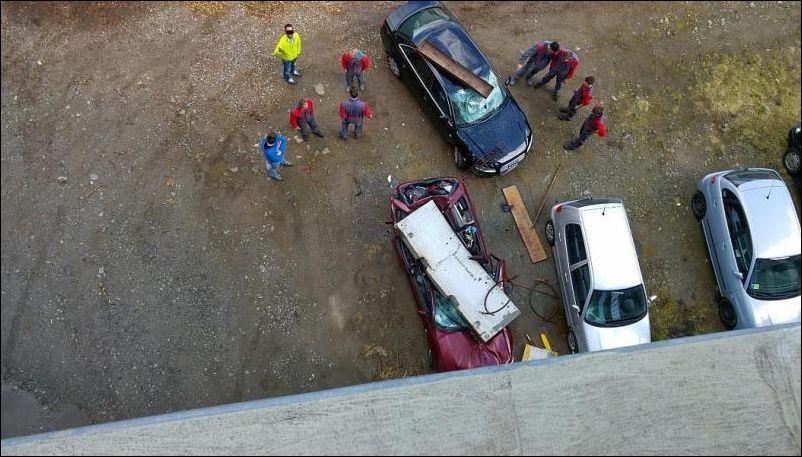 Уронили бетонный блок на ауди (4 фото)