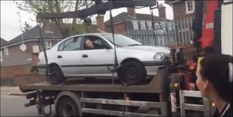 Водитель попытался уехать на машине, стоящей на эвакуаторе