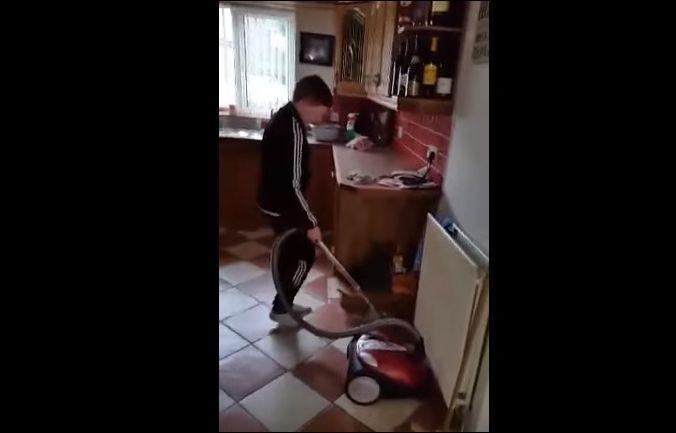 Папа учит сына включать пылесос