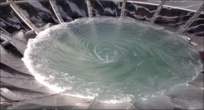 Необычный фонтан в Сингапуре