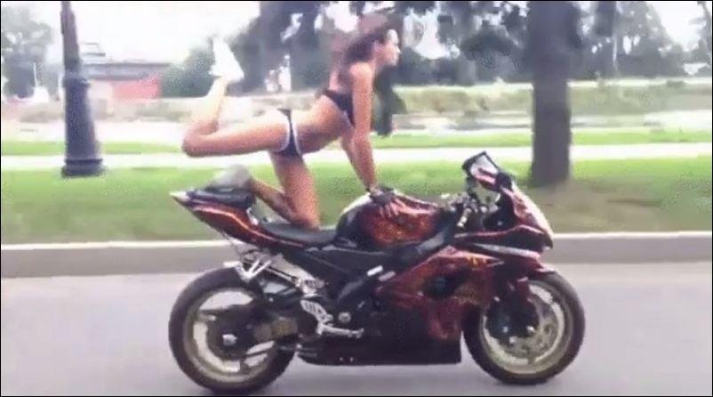 Трюки на мотоцикле в исполнении девушки