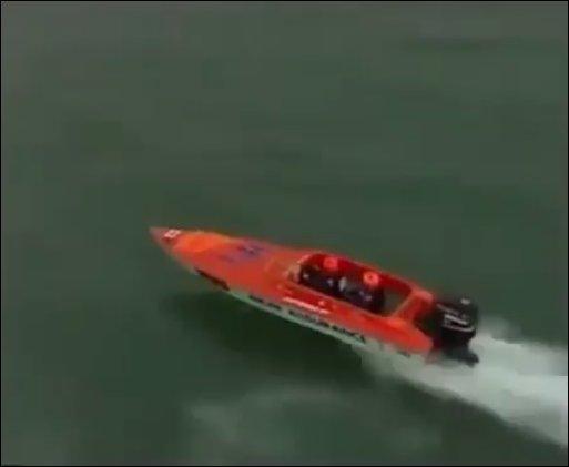 Что будет если гоночная лодка нырнет на скорости более 100 км/ч?
