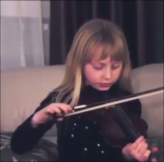 девочка играет на скрипке