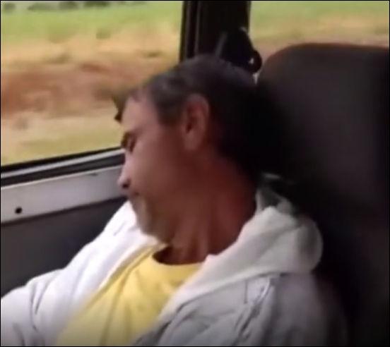 С такими шутками он больше не будет спать в поездках